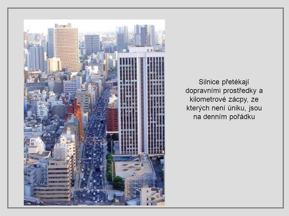Silnice přetékají dopravními prostředky a kilometrové zácpy, ze kterých není úniku, jsou na denním pořádku