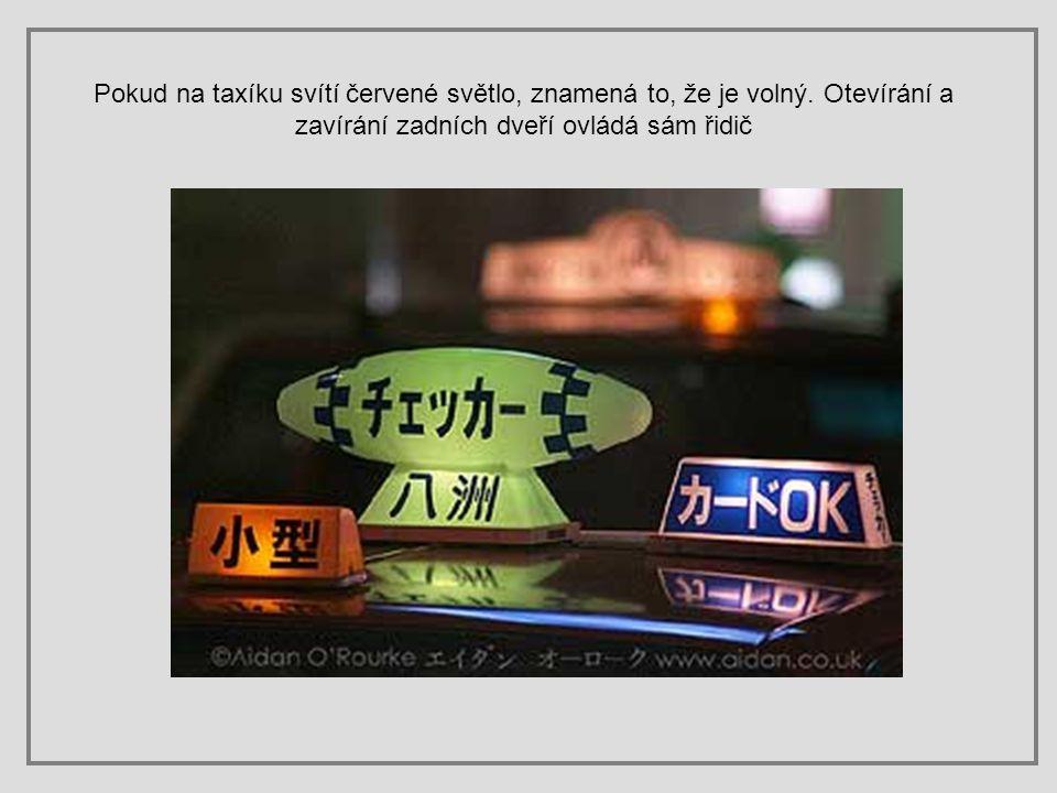 Pokud na taxíku svítí červené světlo, znamená to, že je volný
