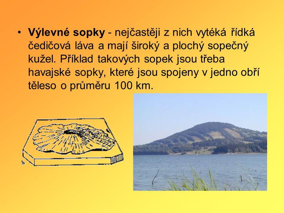 Výlevné sopky - nejčastěji z nich vytéká řídká čedičová láva a mají široký a plochý sopečný kužel.