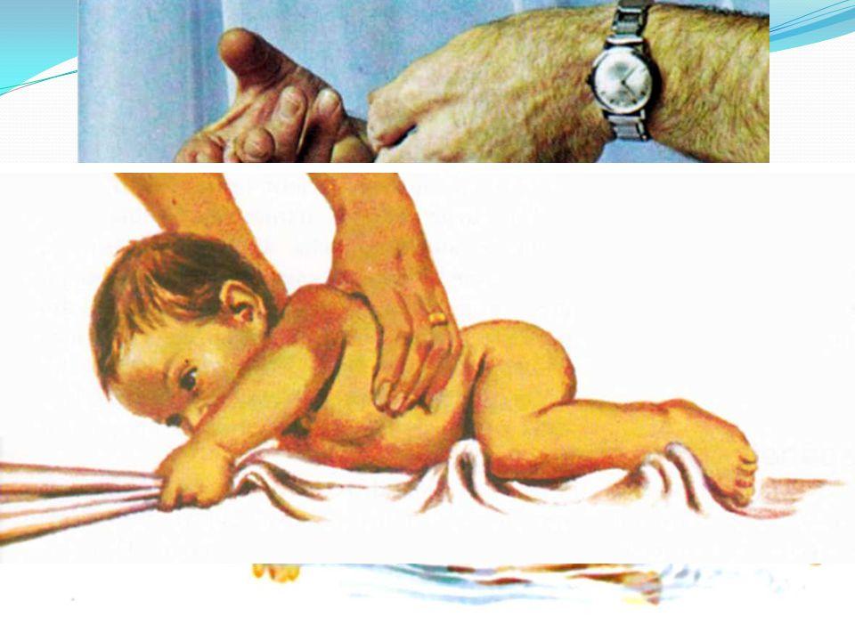 Novorozenec 0 – 4 týdny vypadá bezbranně, ale je vybaven instinkty k přežití.