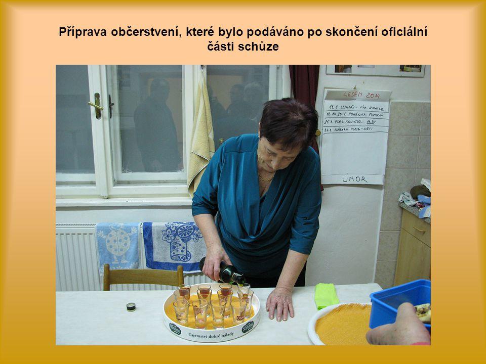 Příprava občerstvení, které bylo podáváno po skončení oficiální části schůze