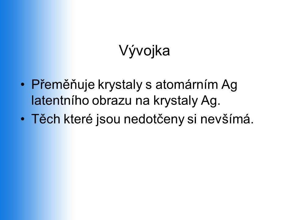 Vývojka Přeměňuje krystaly s atomárním Ag latentního obrazu na krystaly Ag.