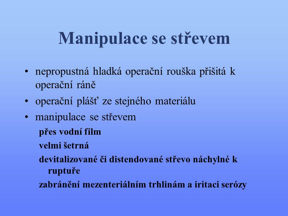 Manipulace se střevem nepropustná hladká operační rouška přišitá k operační ráně. operační plášť ze stejného materiálu.