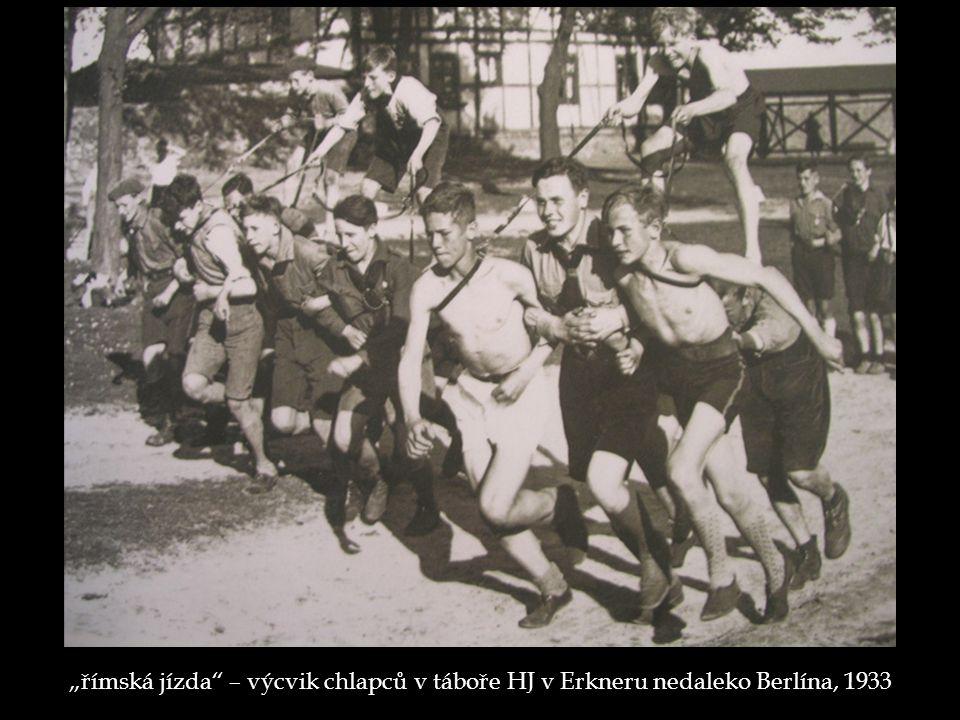 """""""římská jízda – výcvik chlapců v táboře HJ v Erkneru nedaleko Berlína, 1933"""