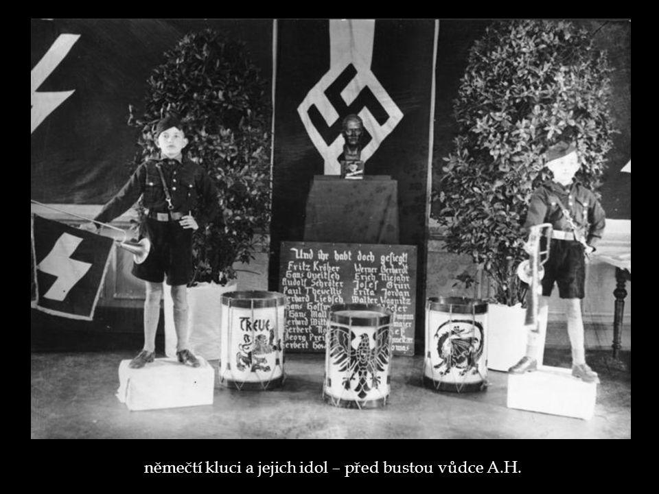 němečtí kluci a jejich idol – před bustou vůdce A.H.