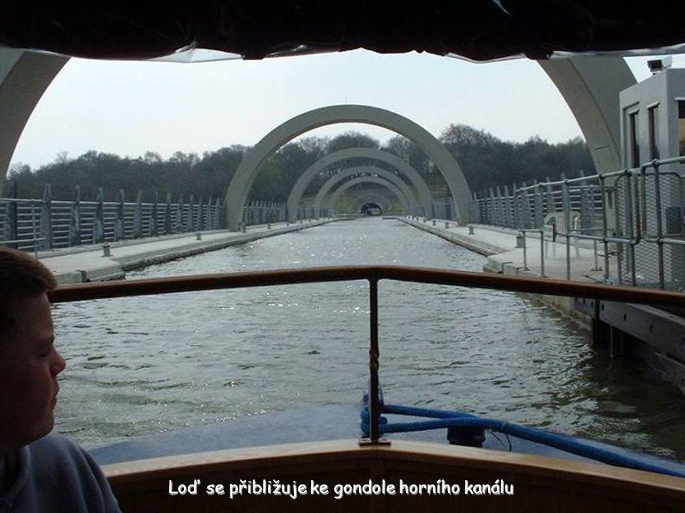 Loď se přibližuje ke gondole horního kanálu