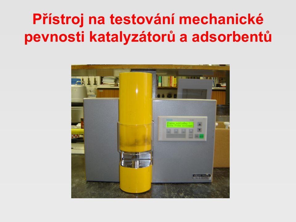 Přístroj na testování mechanické pevnosti katalyzátorů a adsorbentů