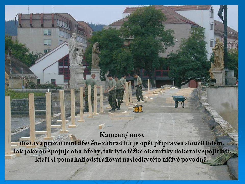 dostává prozatímní dřevěné zábradlí a je opět připraven sloužit lidem.