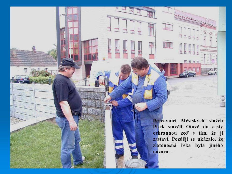 Pracovníci Městských služeb Písek stavěli Otavě do cesty ochrannou zeď s tím, že ji zastaví.