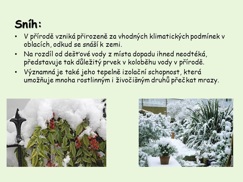 Sníh: V přírodě vzniká přirozeně za vhodných klimatických podmínek v oblacích, odkud se snáší k zemi.