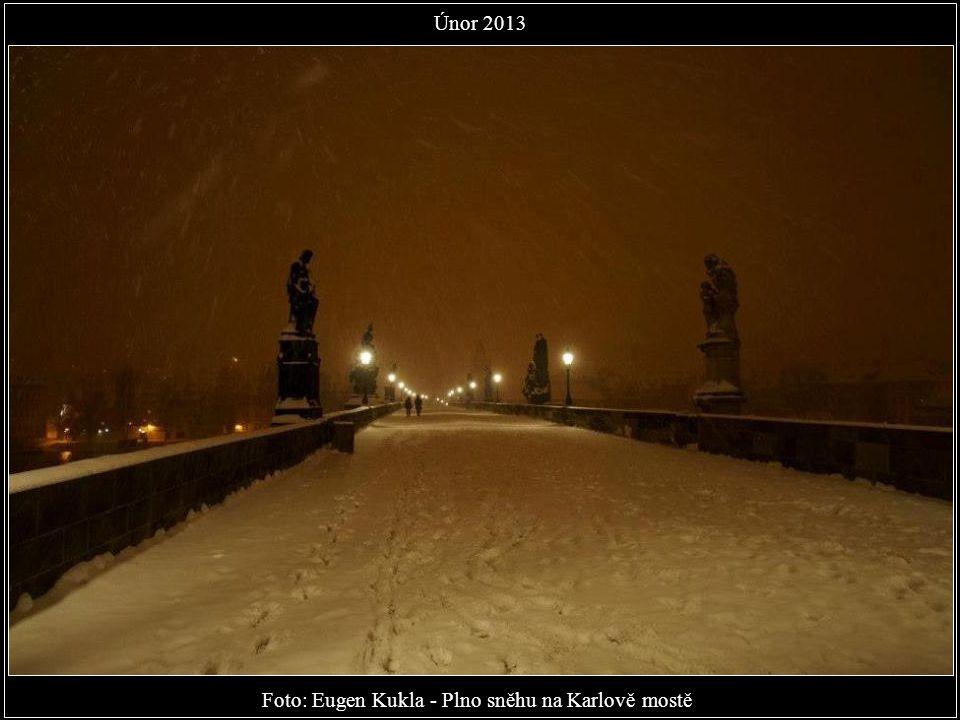 Foto: Eugen Kukla - Plno sněhu na Karlově mostě