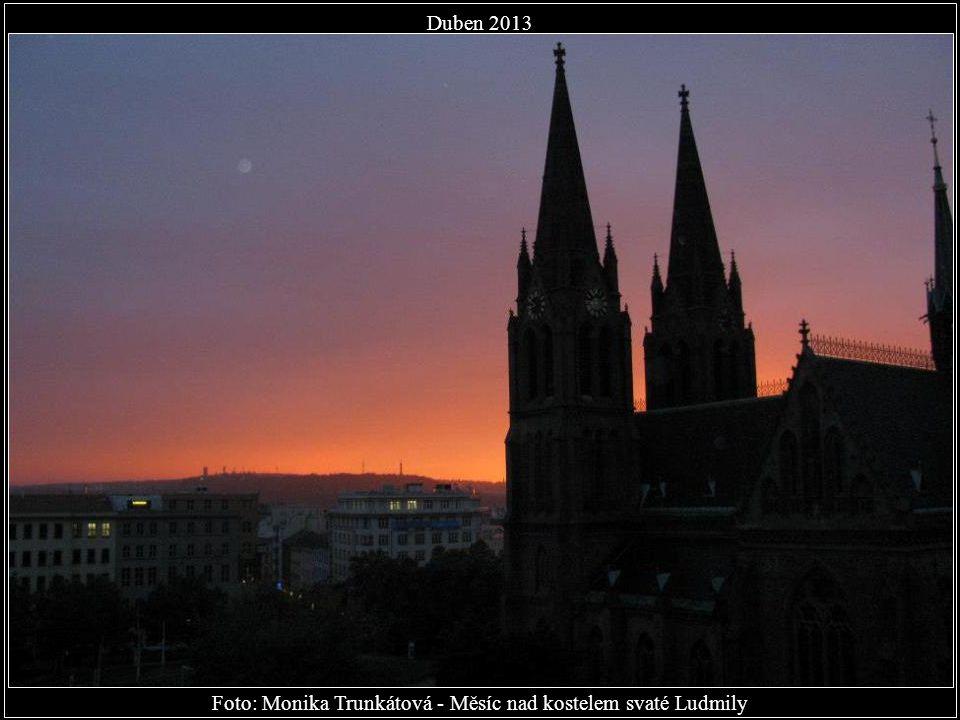 Foto: Monika Trunkátová - Měsíc nad kostelem svaté Ludmily