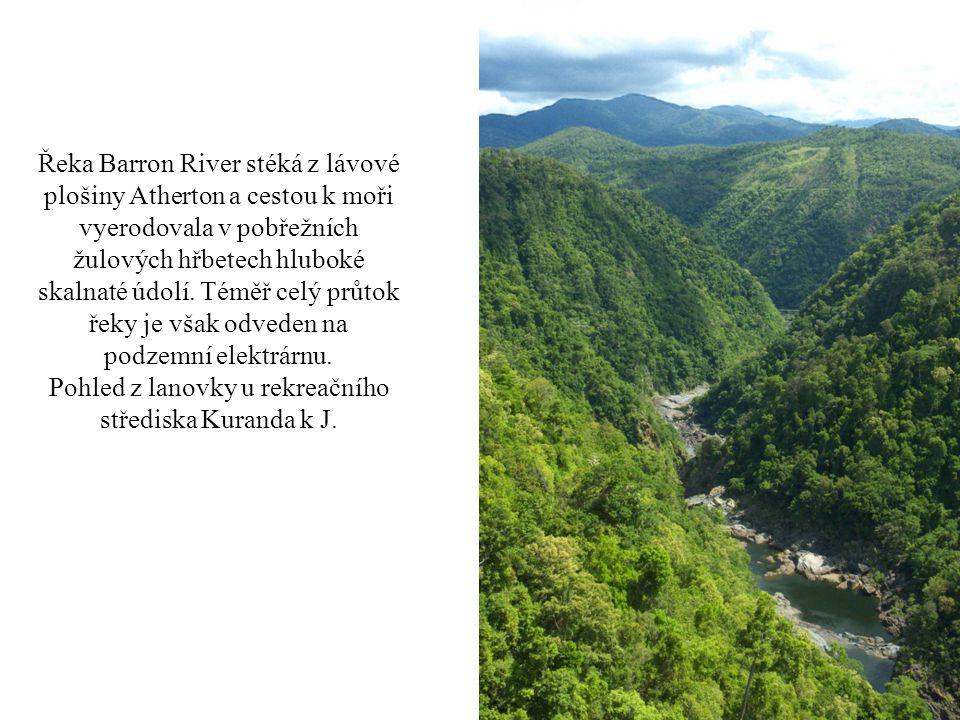 Řeka Barron River stéká z lávové plošiny Atherton a cestou k moři vyerodovala v pobřežních žulových hřbetech hluboké skalnaté údolí.