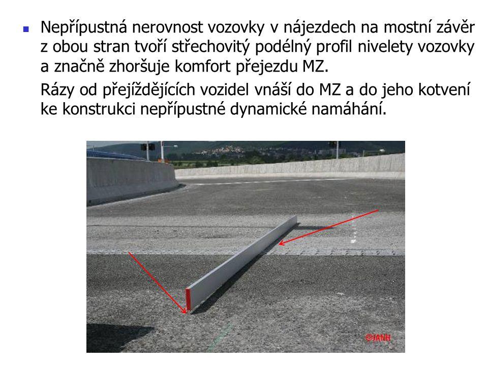 Nepřípustná nerovnost vozovky v nájezdech na mostní závěr z obou stran tvoří střechovitý podélný profil nivelety vozovky a značně zhoršuje komfort přejezdu MZ.