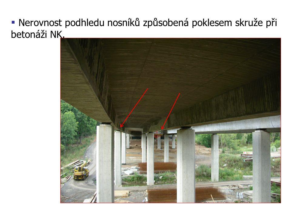 Nerovnost podhledu nosníků způsobená poklesem skruže při betonáži NK.