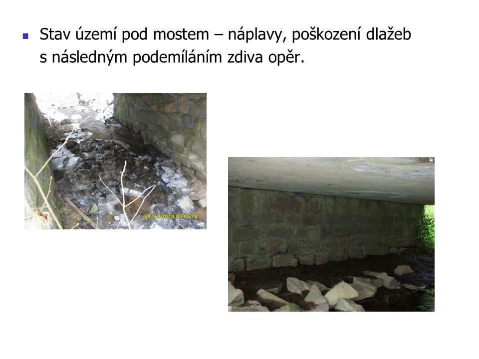 Stav území pod mostem – náplavy, poškození dlažeb