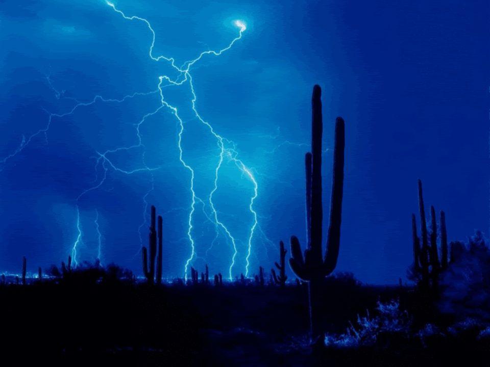 Bouřka Z mraků šlehají blesky