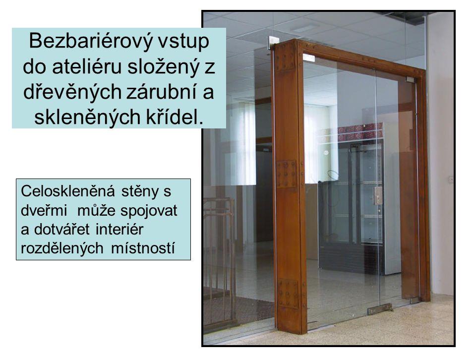 Bezbariérový vstup do ateliéru složený z dřevěných zárubní a skleněných křídel.