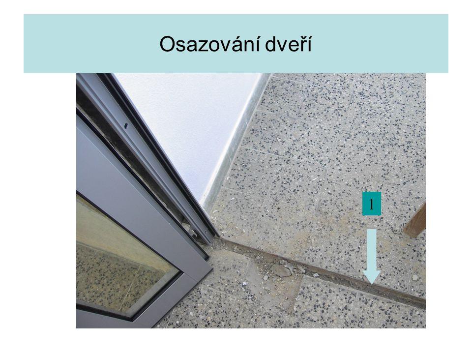 Osazování dveří 1 Detail prahu při otevřeném dveřním křídle.