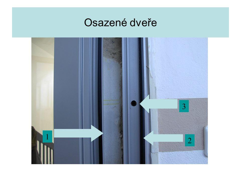 Osazené dveře 3 1 2 Detail rámu dveří. Těsnění na dveřním křídle.