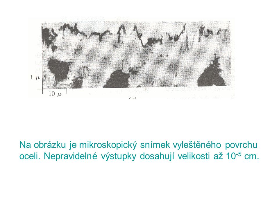 Na obrázku je mikroskopický snímek vyleštěného povrchu oceli