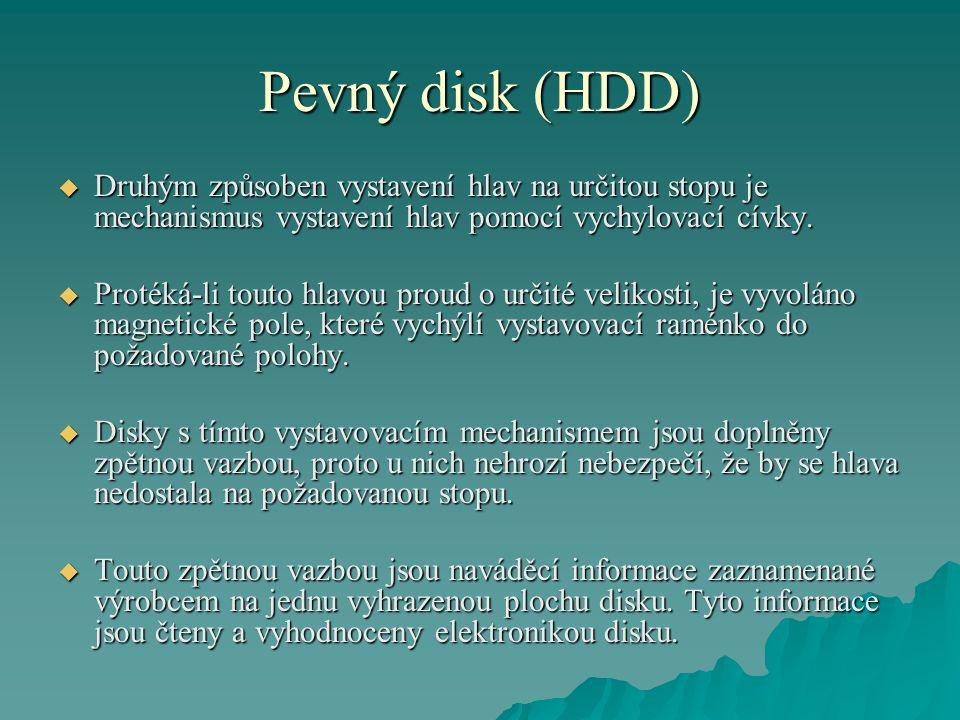 Pevný disk (HDD) Druhým způsoben vystavení hlav na určitou stopu je mechanismus vystavení hlav pomocí vychylovací cívky.