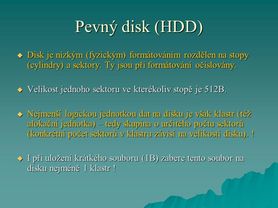 Pevný disk (HDD) Disk je nízkým (fyzickým) formátováním rozdělen na stopy (cylindry) a sektory. Ty jsou při formátování očíslovány.