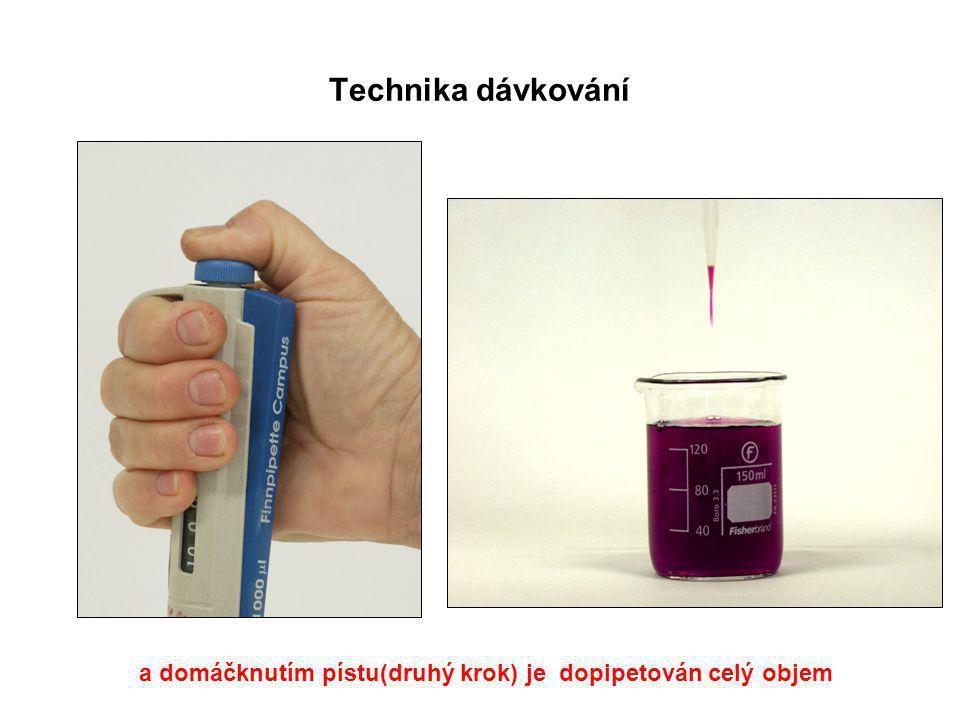 Technika dávkování a domáčknutím pístu(druhý krok) je dopipetován celý objem.
