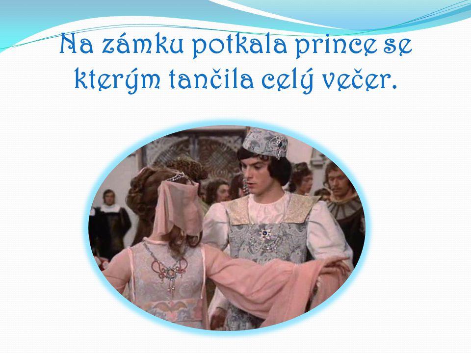 Na zámku potkala prince se kterým tančila celý večer.