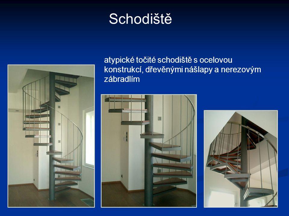 Schodiště atypické točité schodiště s ocelovou konstrukcí, dřevěnými nášlapy a nerezovým zábradlím