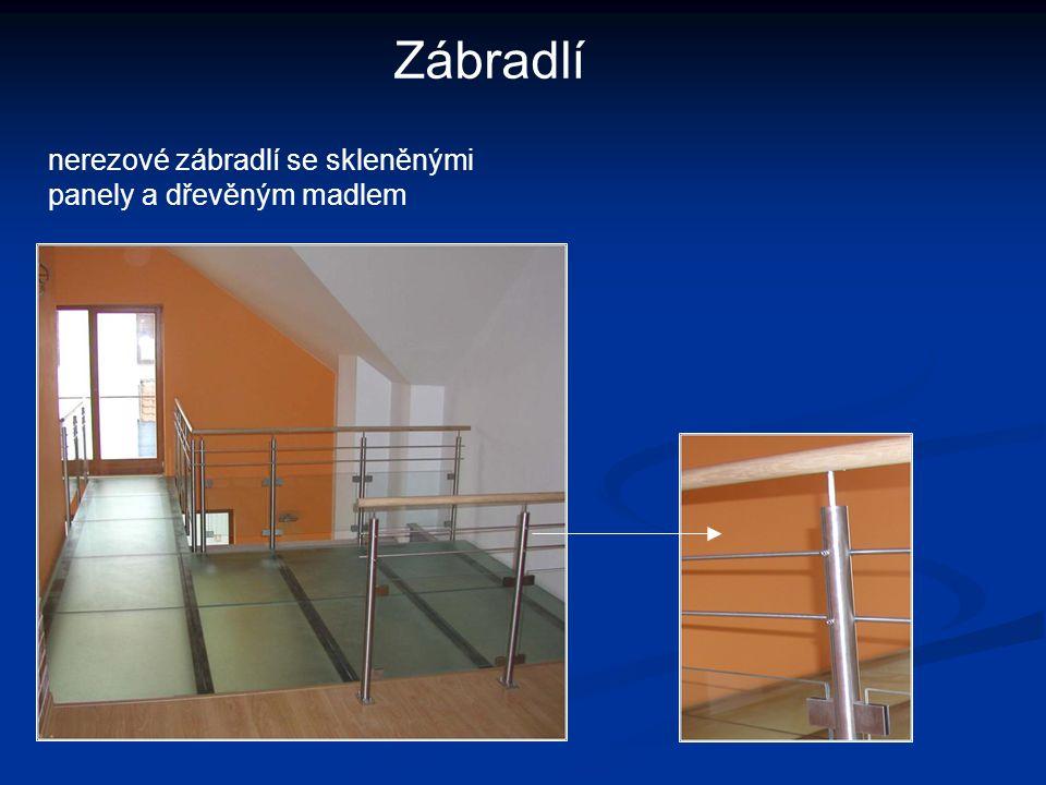 Zábradlí nerezové zábradlí se skleněnými panely a dřevěným madlem