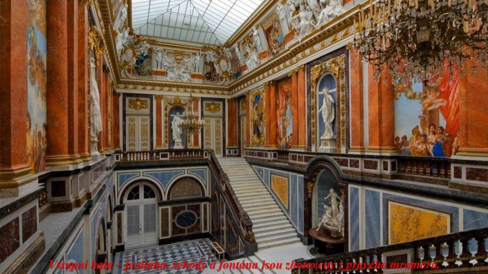Vstupní hala – podlaha, schody a fontána jsou zhotoveny z pravého mramoru.