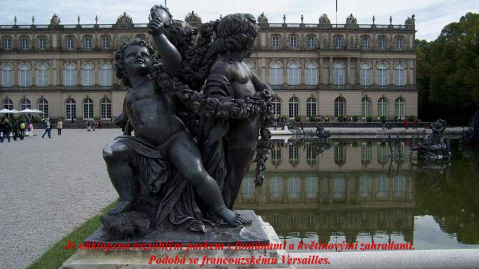 Je obklopena rozsáhlým parkem s fontánami a květinovými zahradami.