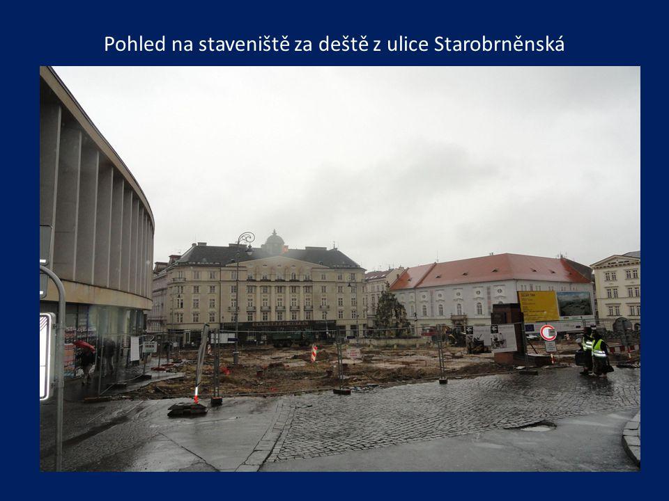 Pohled na staveniště za deště z ulice Starobrněnská