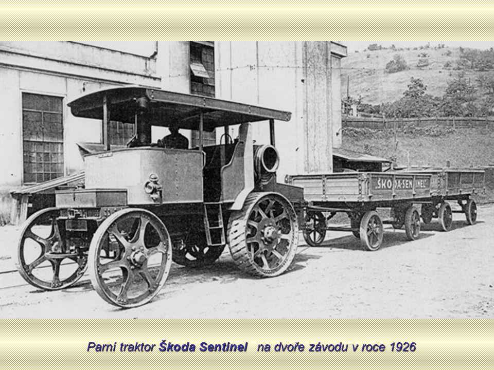 Parní traktor Škoda Sentinel na dvoře závodu v roce 1926