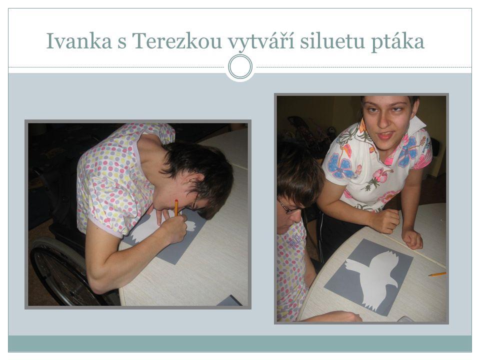 Ivanka s Terezkou vytváří siluetu ptáka