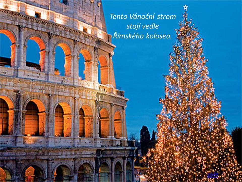 Tento Vánoční strom stojí vedle Římského kolosea.