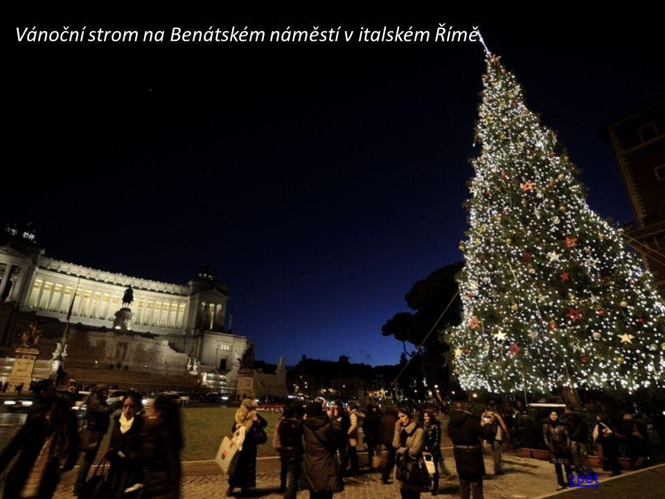 Vánoční strom na Benátském náměstí v italském Římě.