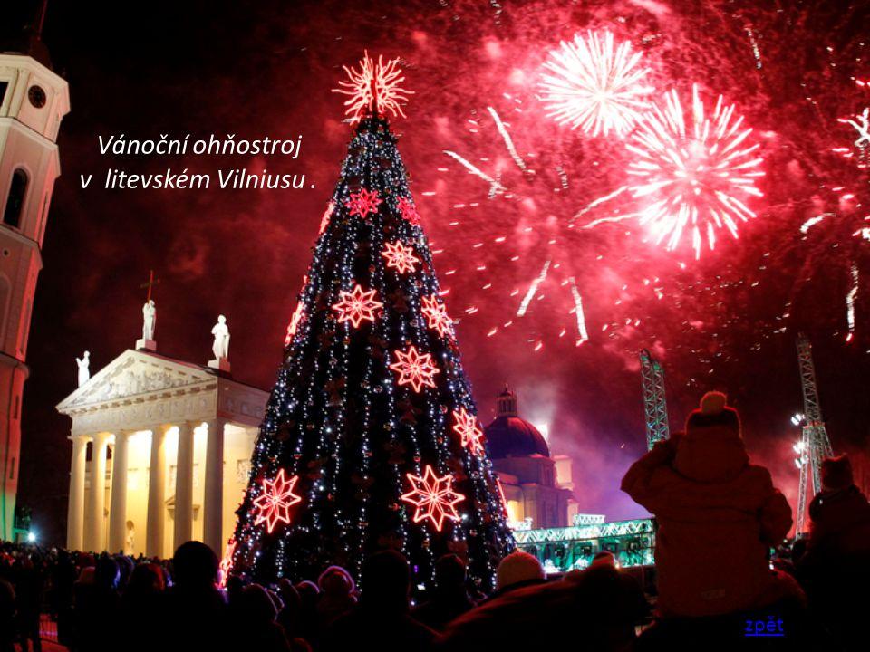 Vánoční ohňostroj v litevském Vilniusu .