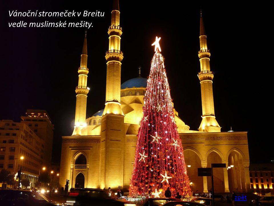 Vánoční stromeček v Breitu vedle muslimské mešity.