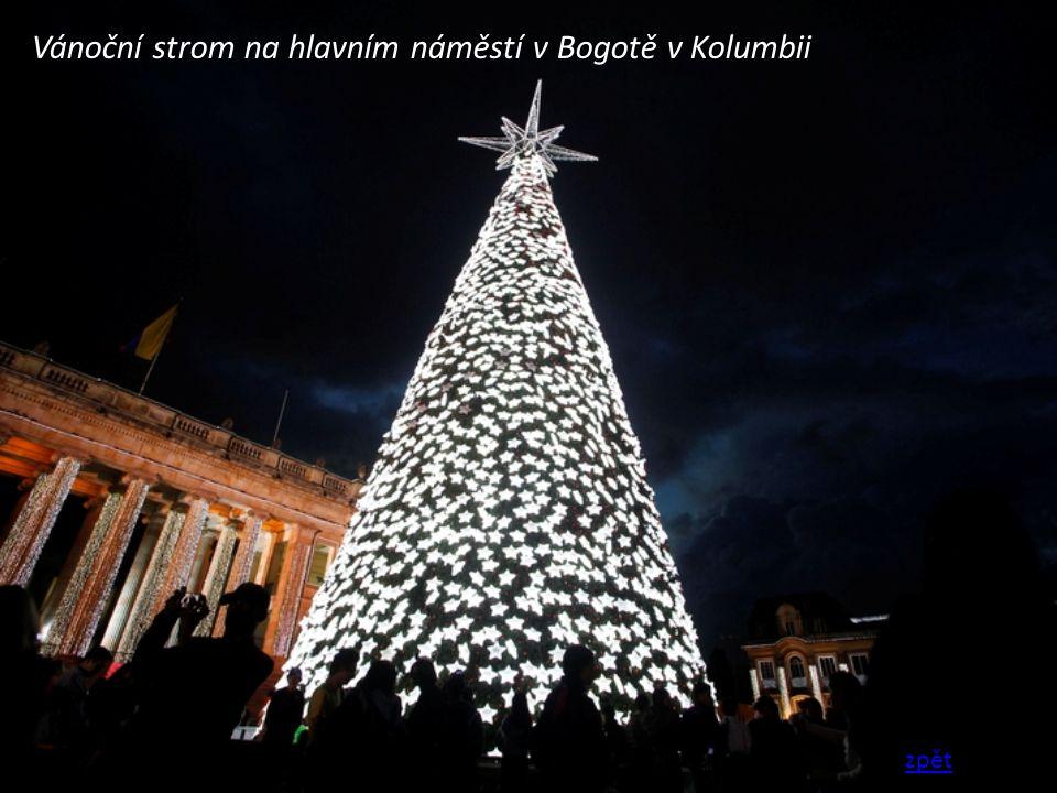Vánoční strom na hlavním náměstí v Bogotě v Kolumbii