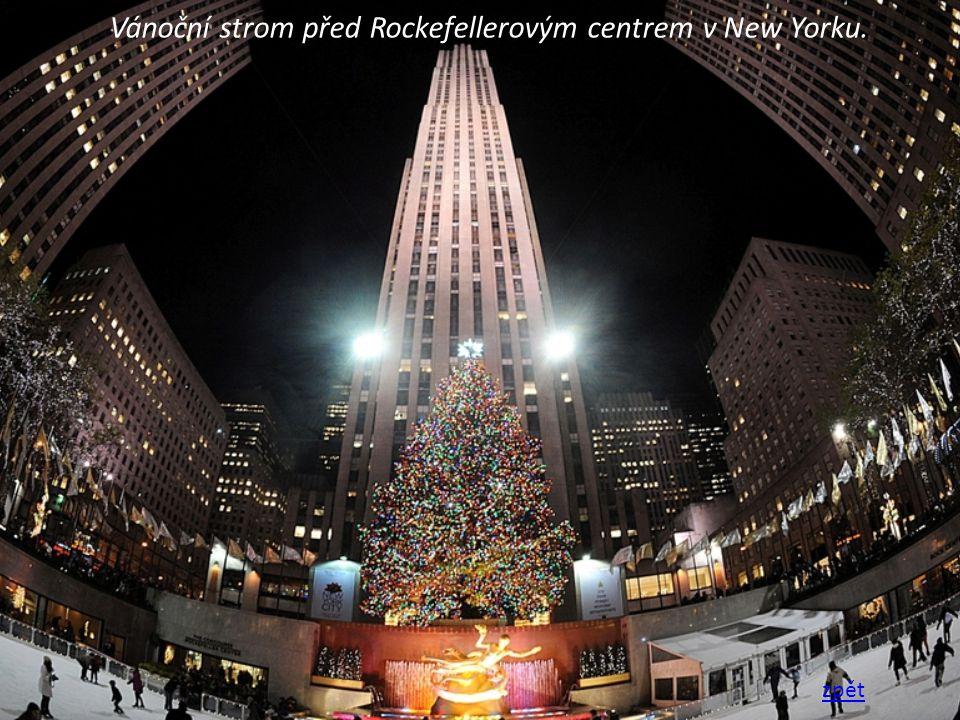 Vánoční strom před Rockefellerovým centrem v New Yorku.