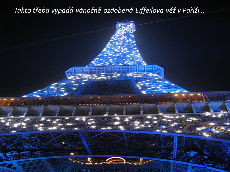 Takto třeba vypadá vánočně ozdobená Eiffeilova věž v Paříži…