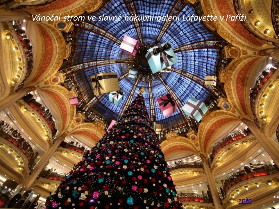 Vánoční strom ve slavné nákupní galerii Lafayette v Paříži.