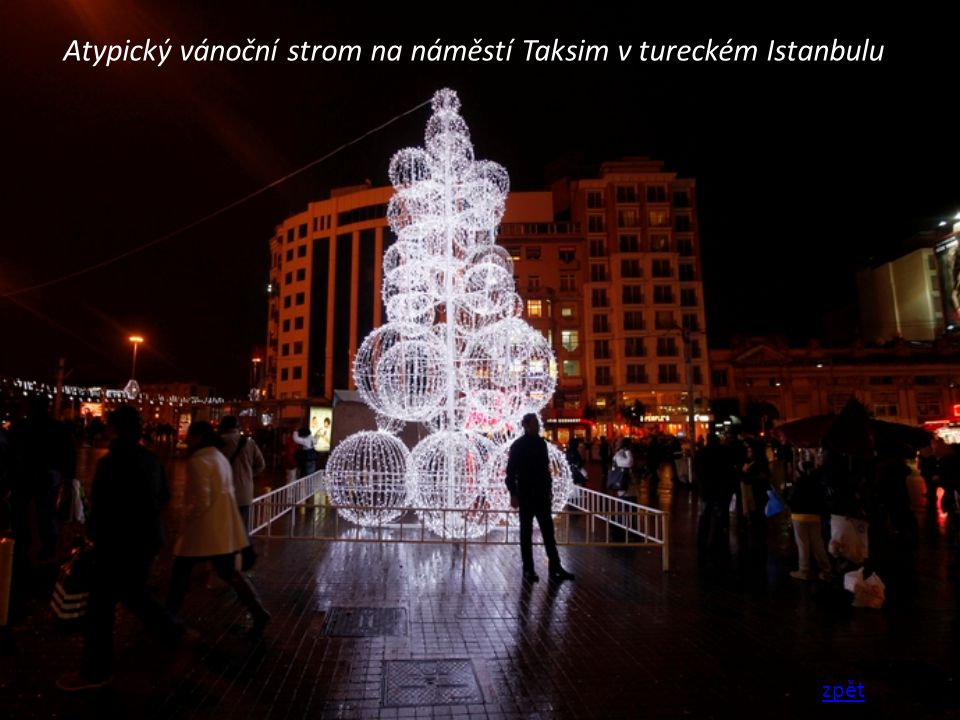 Atypický vánoční strom na náměstí Taksim v tureckém Istanbulu