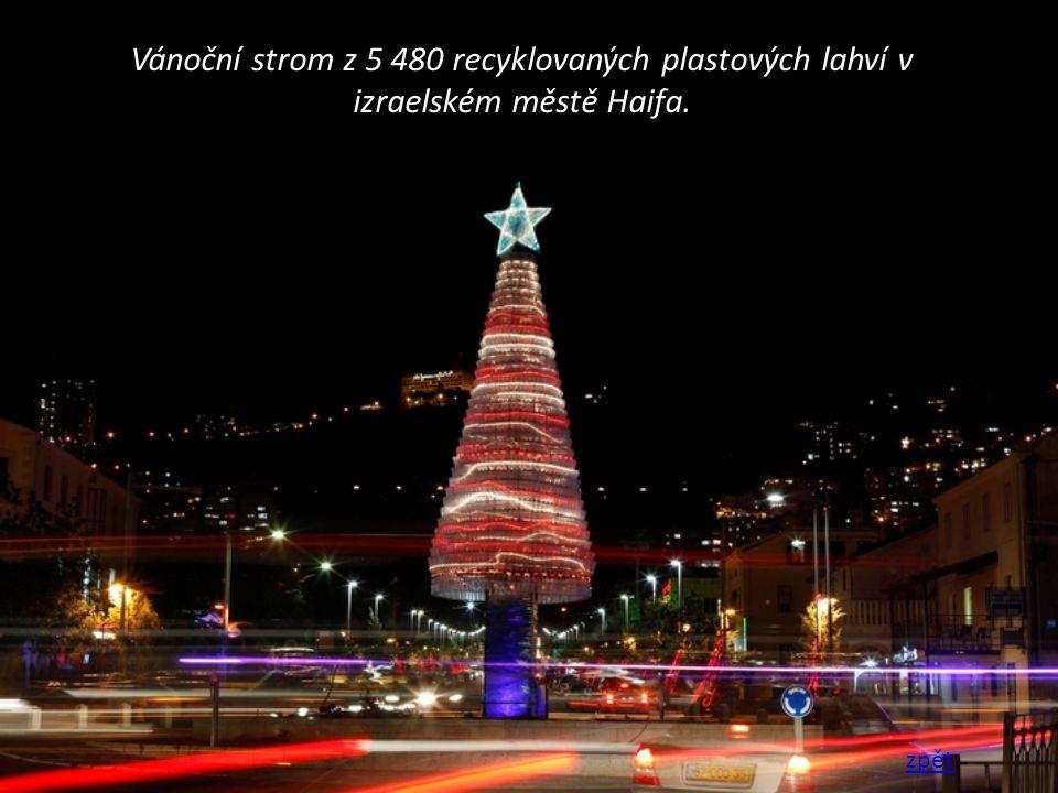 Vánoční strom z 5 480 recyklovaných plastových lahví v izraelském městě Haifa.