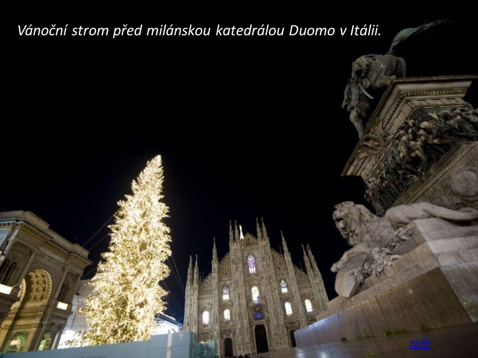 Vánoční strom před milánskou katedrálou Duomo v Itálii.