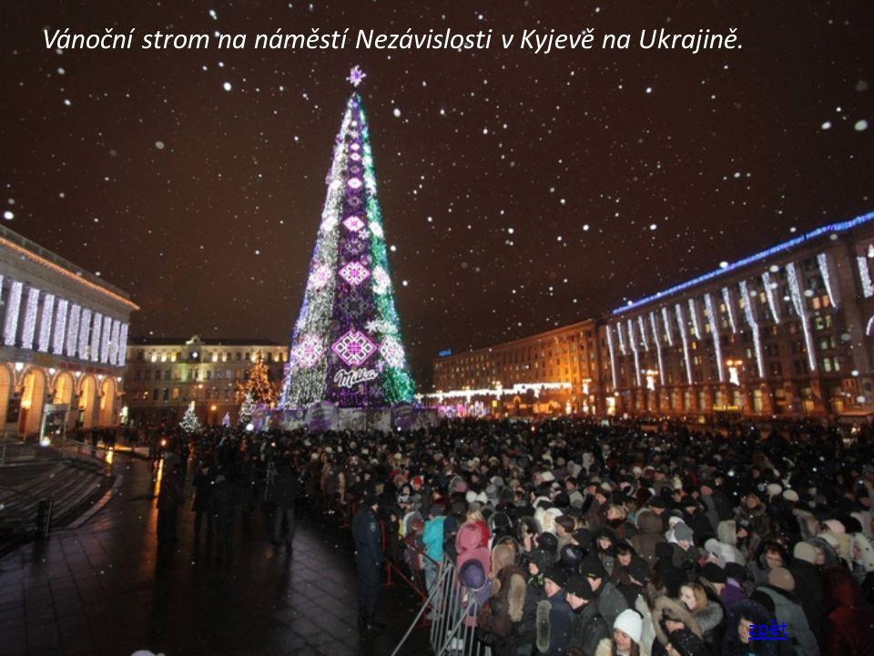 Vánoční strom na náměstí Nezávislosti v Kyjevě na Ukrajině.