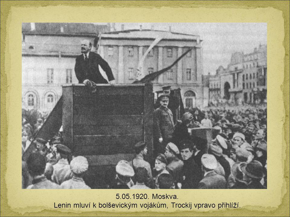 Lenin mluví k bolševickým vojákům, Trockij vpravo přihlíží.