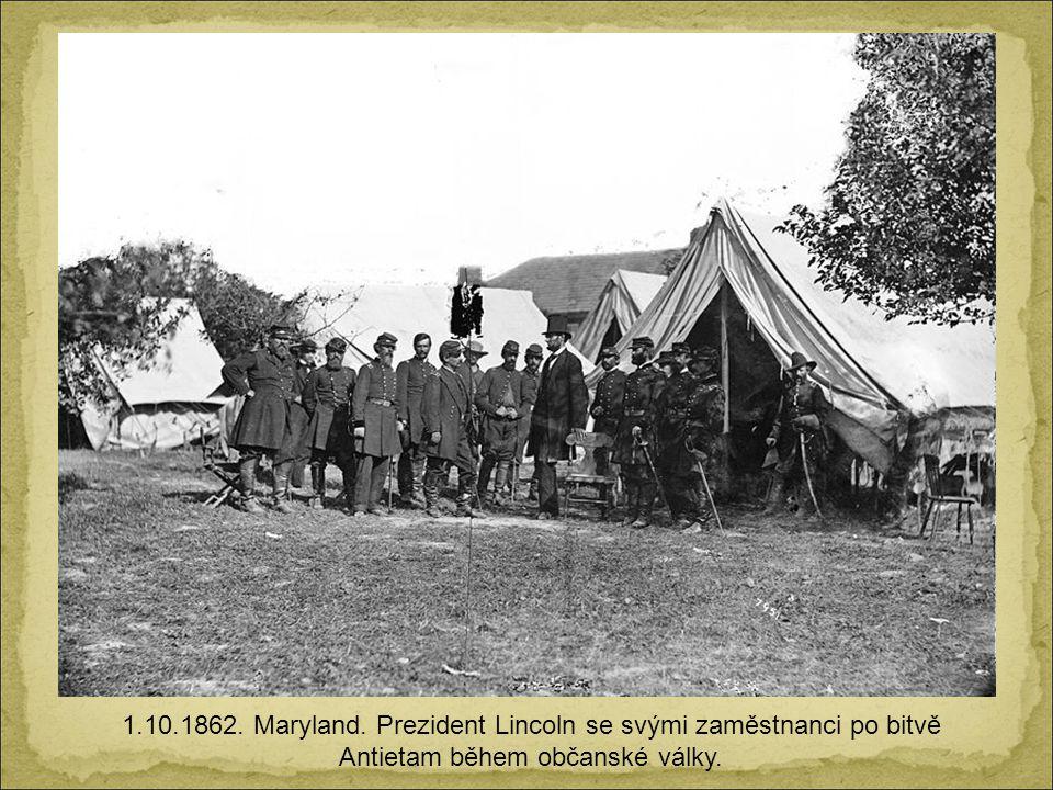 1.10.1862. Maryland. Prezident Lincoln se svými zaměstnanci po bitvě Antietam během občanské války.